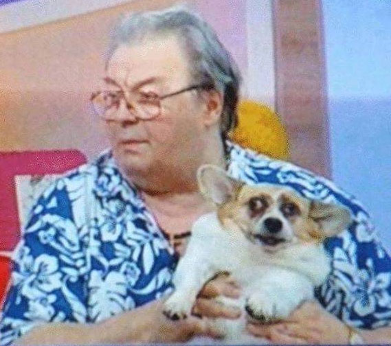 Corneliu Vadim Tudor ținând în brațe cățeaua Elodia în timpul unei emisiuni televizate